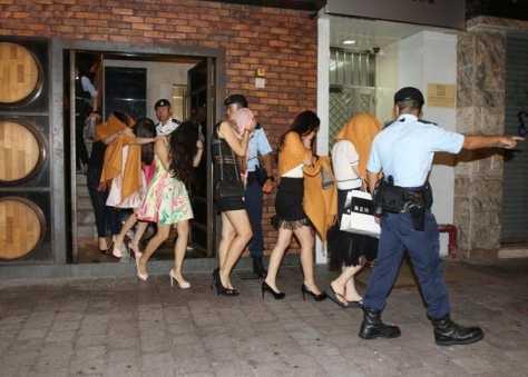 港扫黄现场女子打扮性感现场拘捕3男64女图