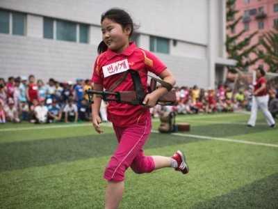 朝鲜小学生背着步枪赛跑 朝鲜校园运动会
