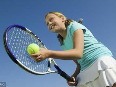 原来很多运动员打网球的打法是这种 国外网球女运动员的打法