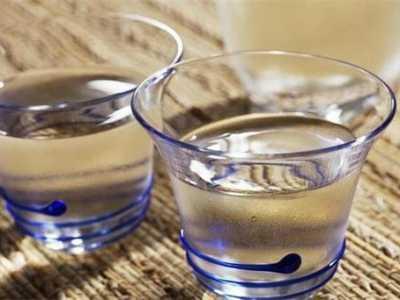 炎炎夏日喝白酒是否可以冰镇 白酒可以加什幺喝