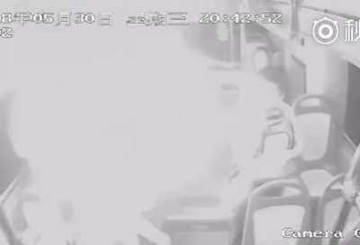 火光四射吓坏一公交车的人 北京公交车爆炸