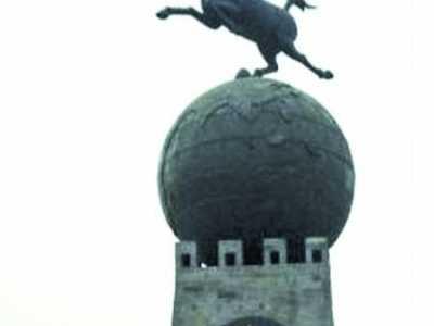 马踏飞燕的动态加上圆石头太像了 立马滚蛋雕塑