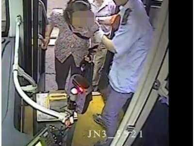 南京一公交车司机4天内3次帮扶老人乘车获点赞 南京公交司机