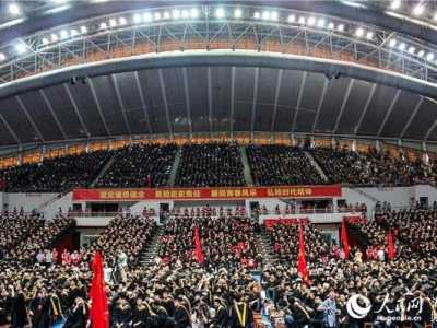 7000人同披学士服 最牛毕业典礼