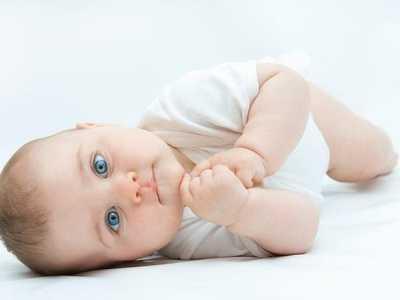 吃奶时间长或者吃几口就睡都可能造成成长缓慢问题 宝宝每次吃母乳时间长